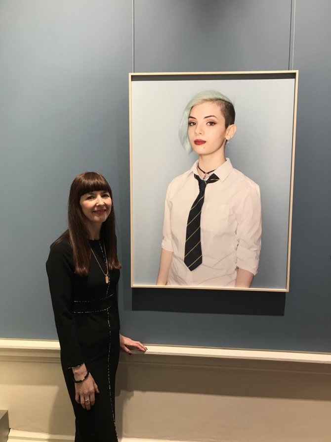 Mandy O'Neill with her winning portrait at the National Gallery of Ireland